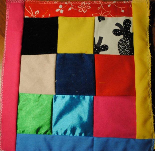 Квадраты из лоскутков ткани разной фактуры